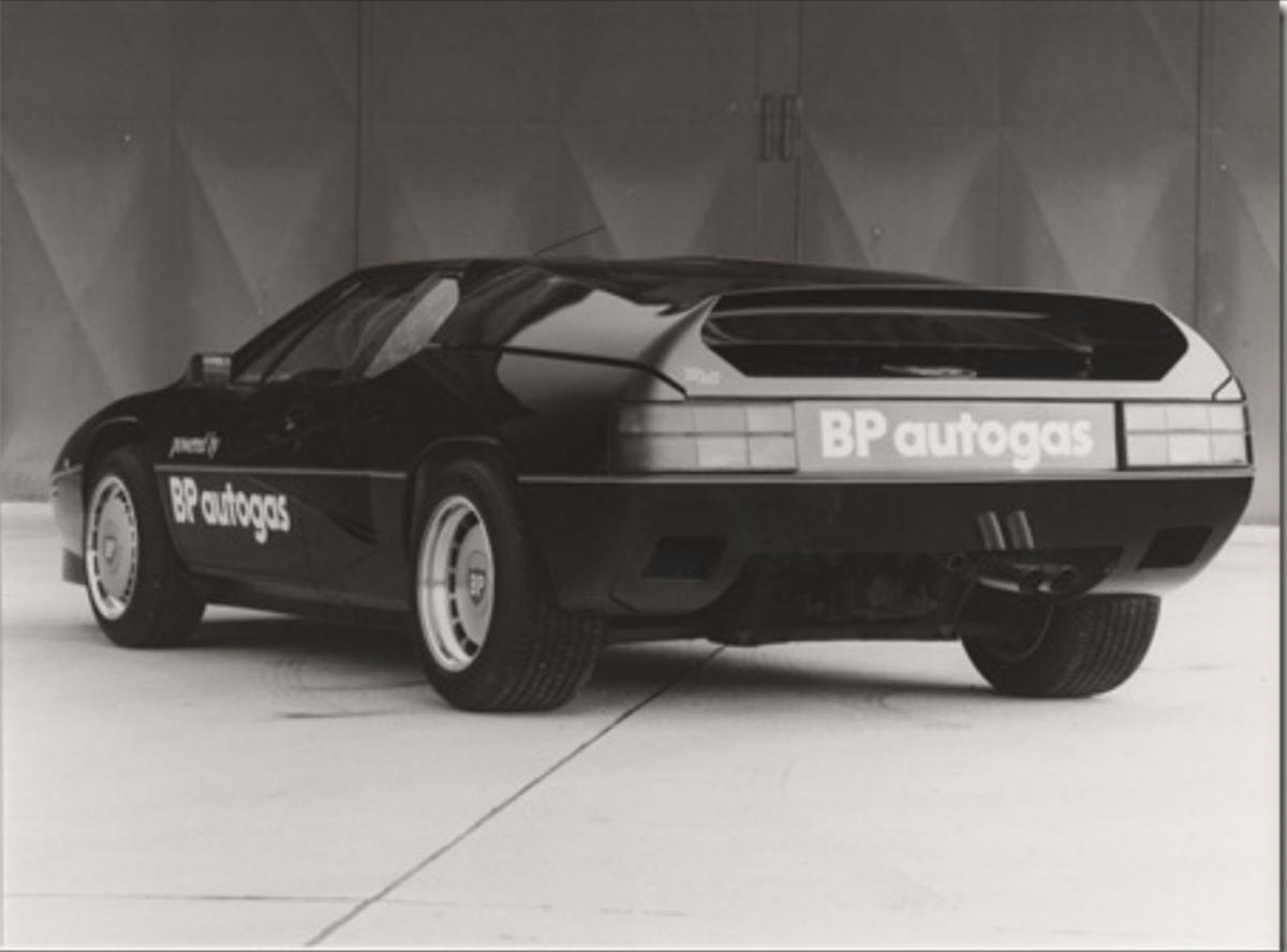 Karossen modifierades kraftigt och bakljusen plockades från Opel Monza.