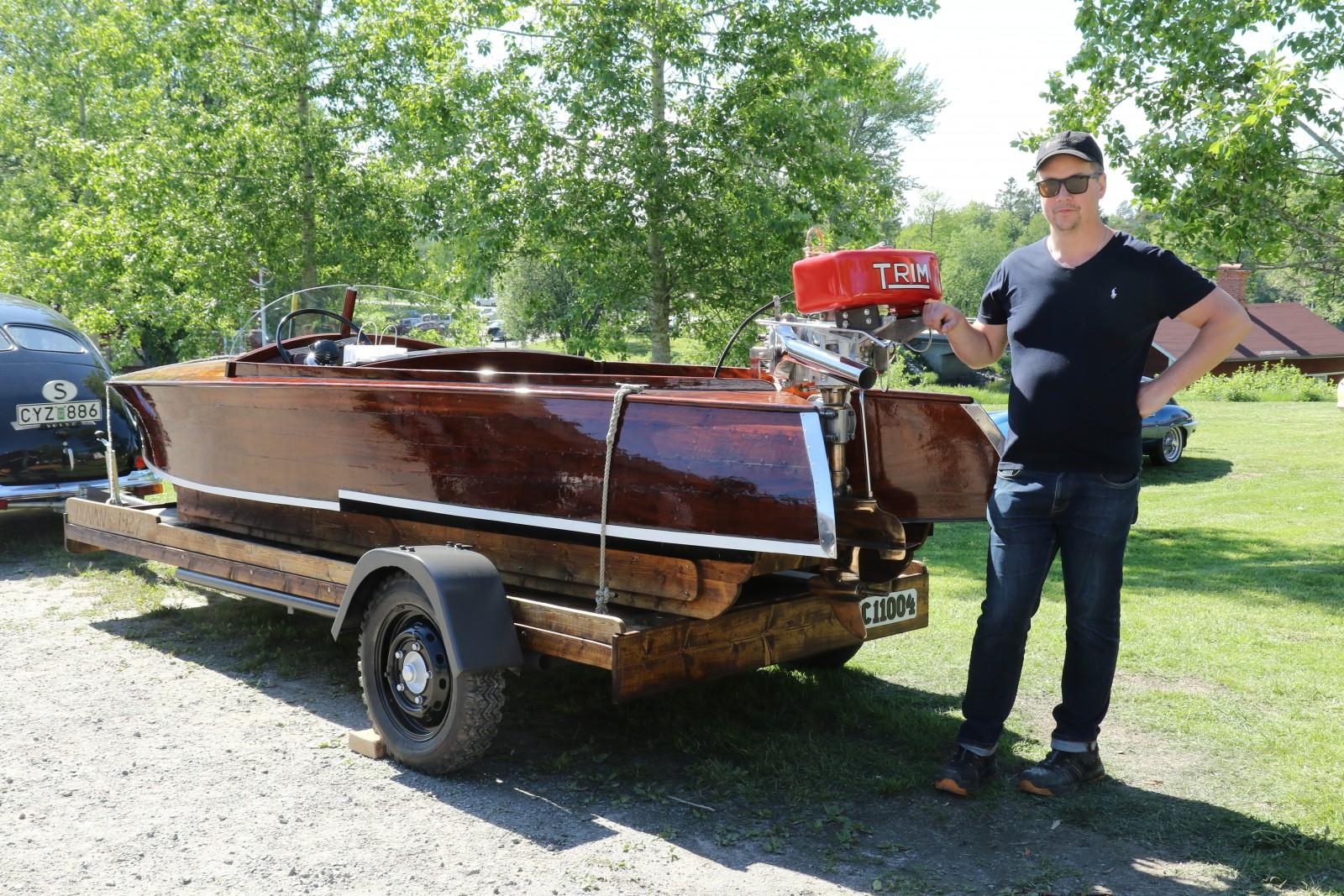Folkets val på träffen var ingen bil! Men heter det Motorträffen i Olofsfors så kan förstås en Duvbåt från 1927 också vinna. Den är tillverkad av Lunds Skepps och Båtvarv i Limhamn. Mattias Karlsson har renoverat båten.