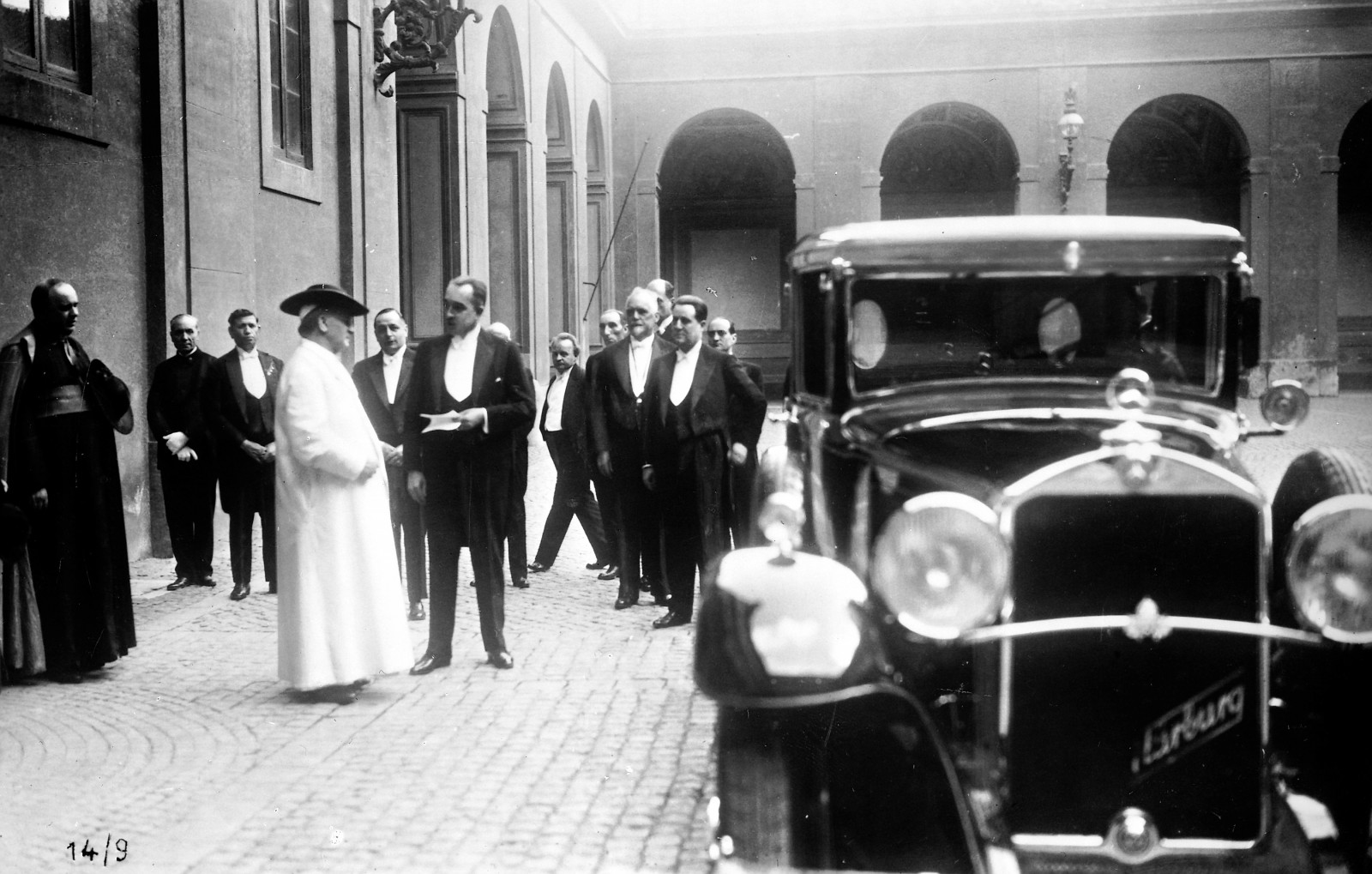 Påven Pius XI och hans Mercedes-Benz Nürburg 460 1930.