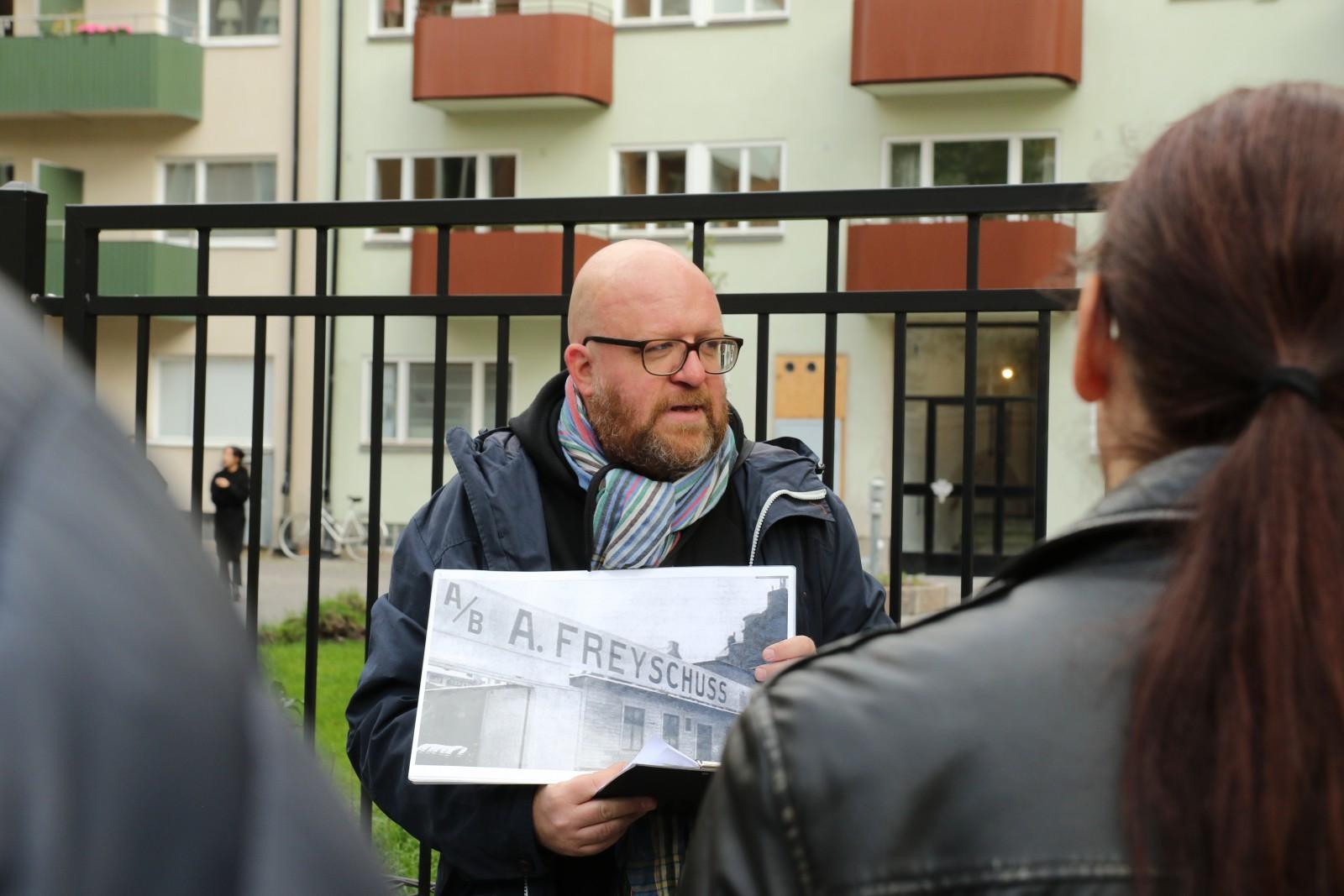 Klassikers Fredrik Nyblad guidade till platserna som var avgörande för att Volvo kunde grundas. Här är gruppen framför Sveavägen 126 där karosseribyggaren AB Adolf Freyschuss fanns.