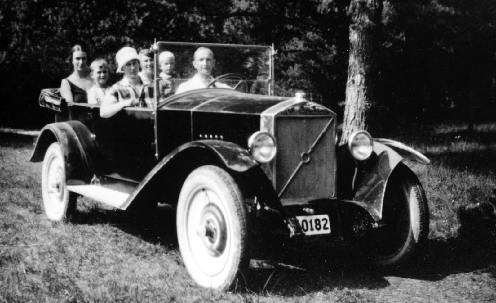 Gustaf Larson med familj fotograferad sommaren 1926 i en av de tio prototyper som byggdes i Stockholm.