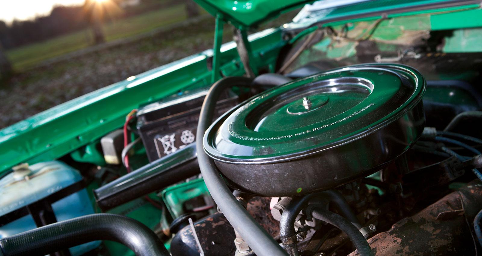 """V6-motorn kom från föregångaren och fanns i olika storlekar: 2,0 – 2,3 – 2,6 liter. I toppmodellen satt den brittiska """"Essex-sexan på tre liter. Den svarta plasten har stått sig bra och bjuder ännu på nybilskänsla."""