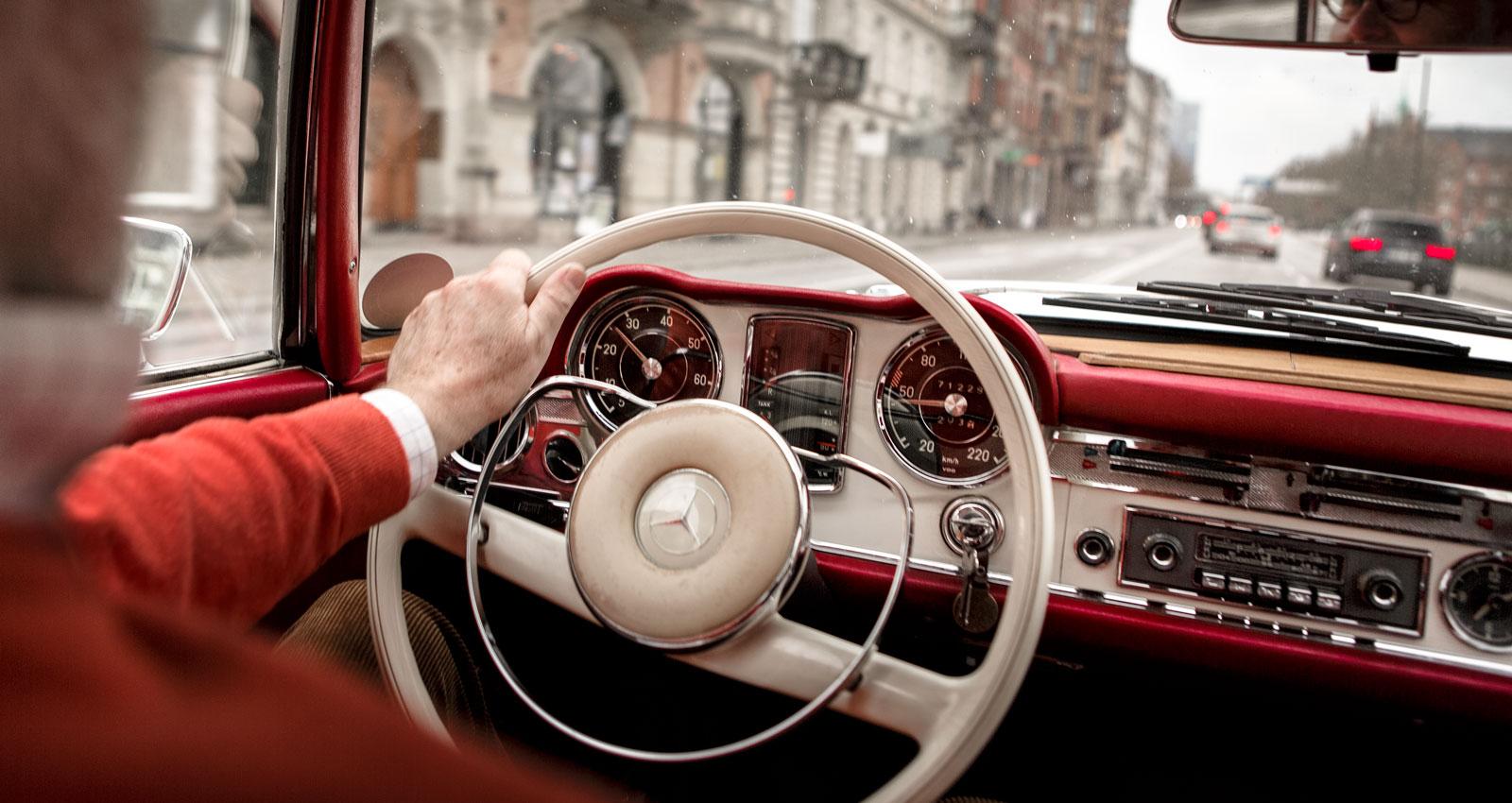 Vi flög tillsammans till Hamburg, tog en taxi från flygfältet in till en stor Mercedeshandlare. De hade en pump på hyllan.