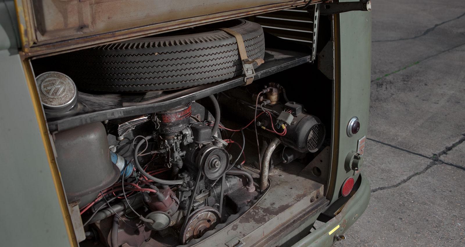 I bussens enorma innerutrymmen fanns tidigare en rejäl radioanläggning. Nu finns endast den radioapparat som användes för att lyssna på Radiotjänsts sändningar kvar. Jo, det fanns tid för det också. Det kalla kriget blev sedan betydligt varmare med en Eberspächer-värmare i motorrummet. En termos kaffe på det? Ostmackor i plåtlåda?