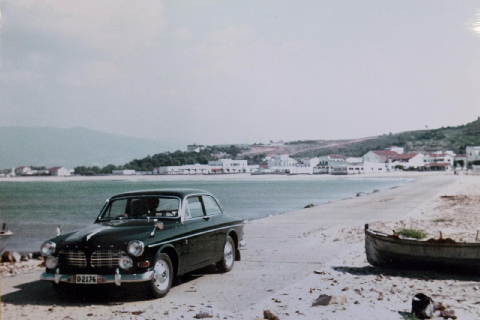 En alldeles ny Volvo Amazon 123 GT med exportskyltar. I bakgrunden syns Afrikas nordligaste punkt.