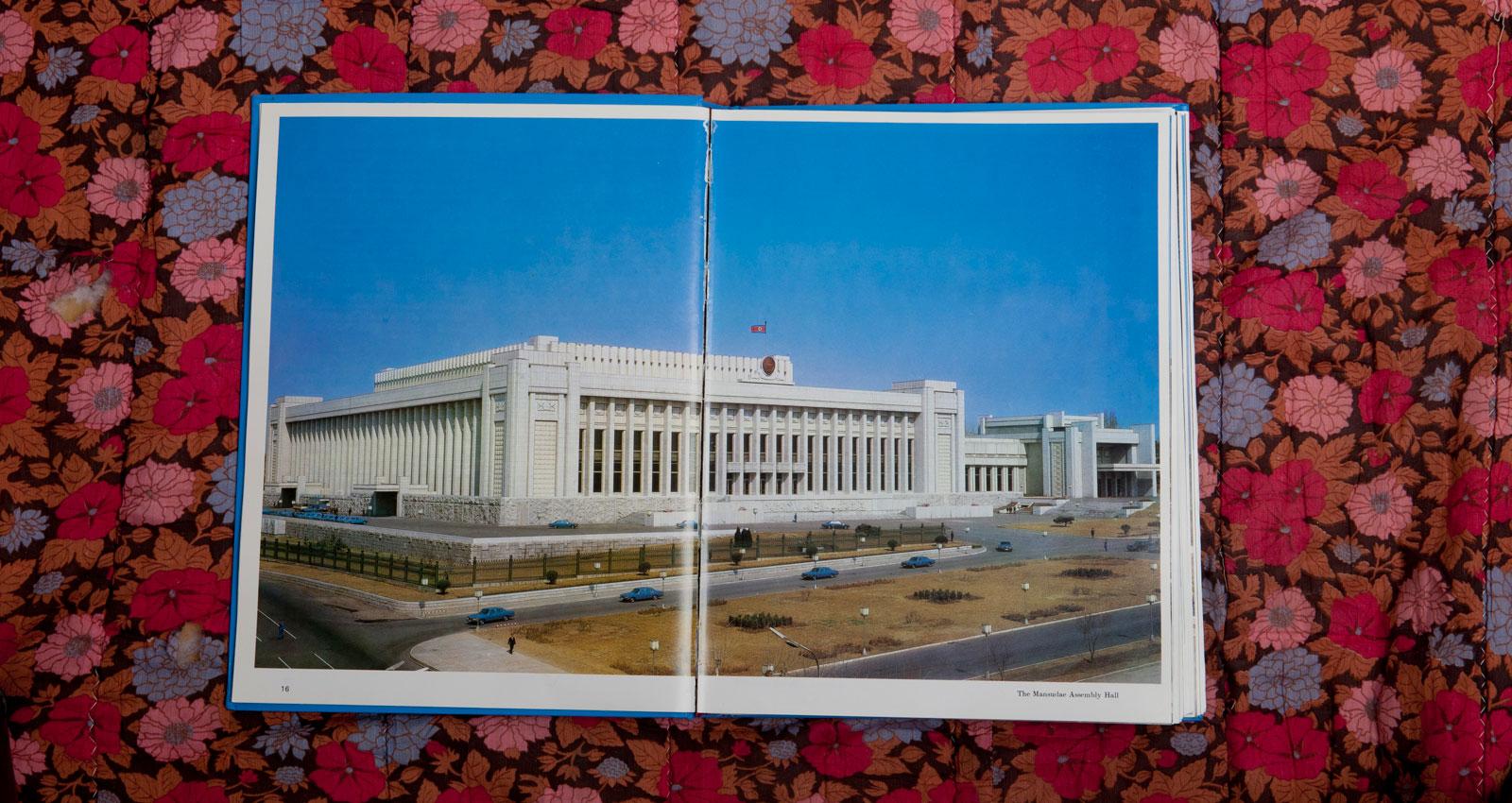 Byggnaden Mansudae där den lagtstiftande församlingen sammanträder. Spridningen av blå Mercedes S-klass  ser inte helt slumpartad ut.