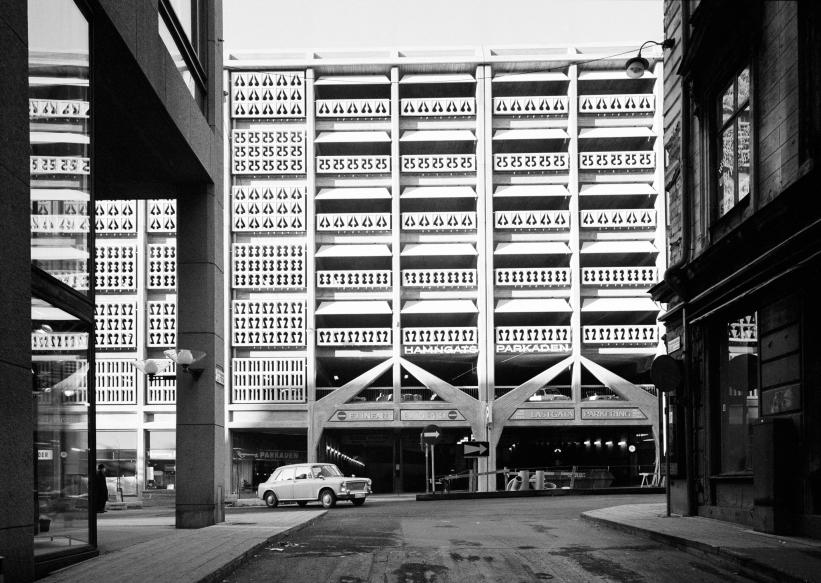 Parkadens in- och utfart på Regeringsgatan fotograferad 1966.