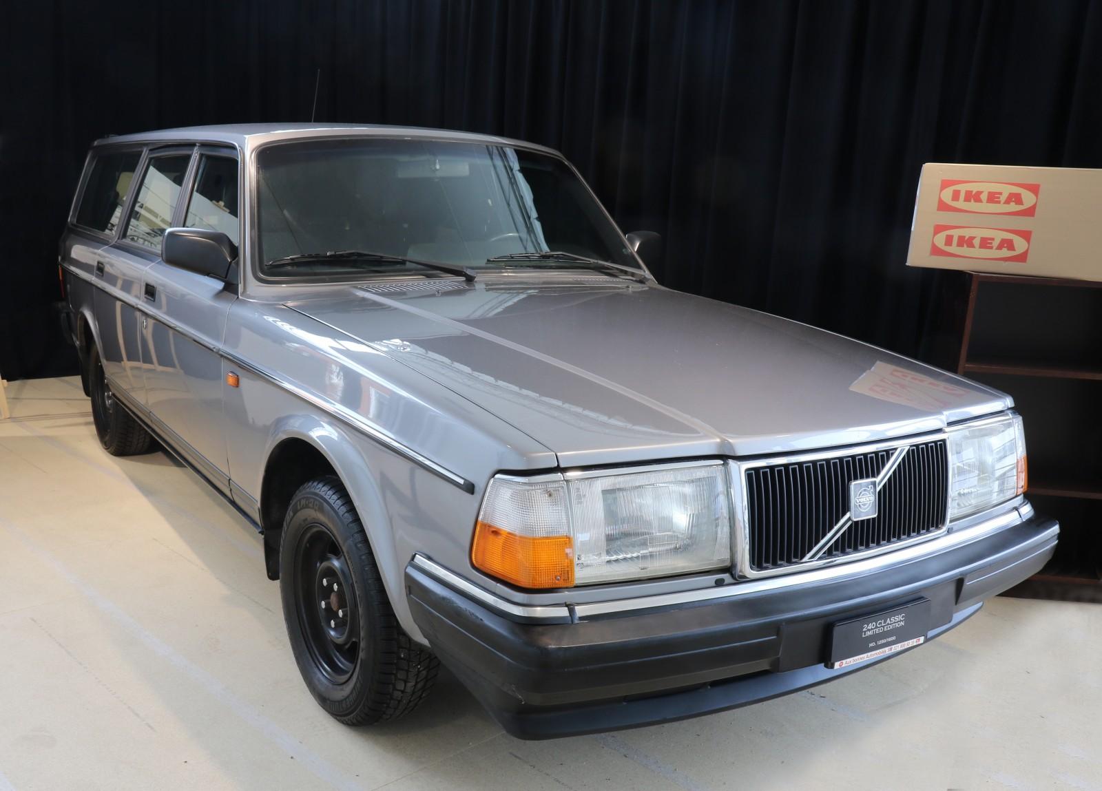 """Ikeas grundare Ingvar Kamprad hade en 240 GL 1993 vid sin bostad i Schweiziska Lausanne. I en intervju 2010 berättade han att han kanske måste byta den om den behövde för stora reparationer, """"Annars går den som en klocka"""" sa han till studenttidningen Lundagård. Ingvar Kamprad hade kvar bilen till sin död 2018."""