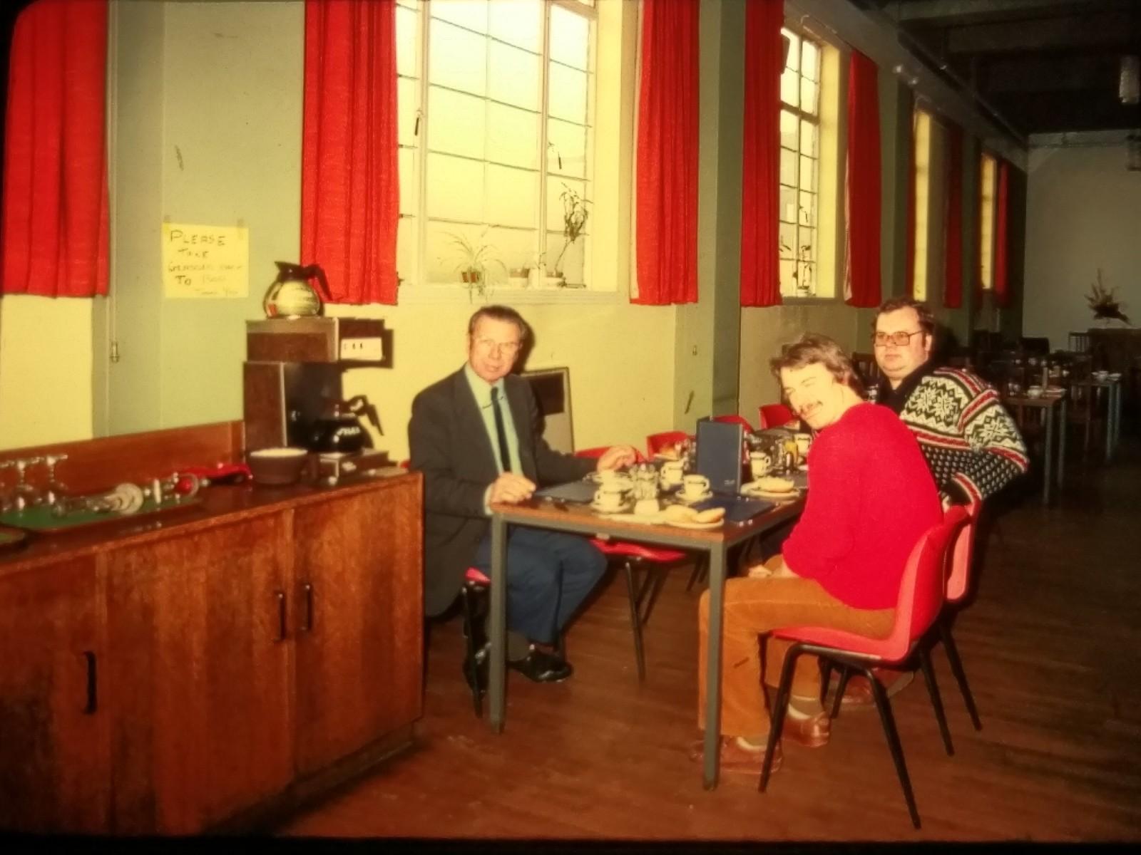 Efter avslutad rundvandring bjöds det på lunch i matsalen. Håkan Andersen i norsk tröja.