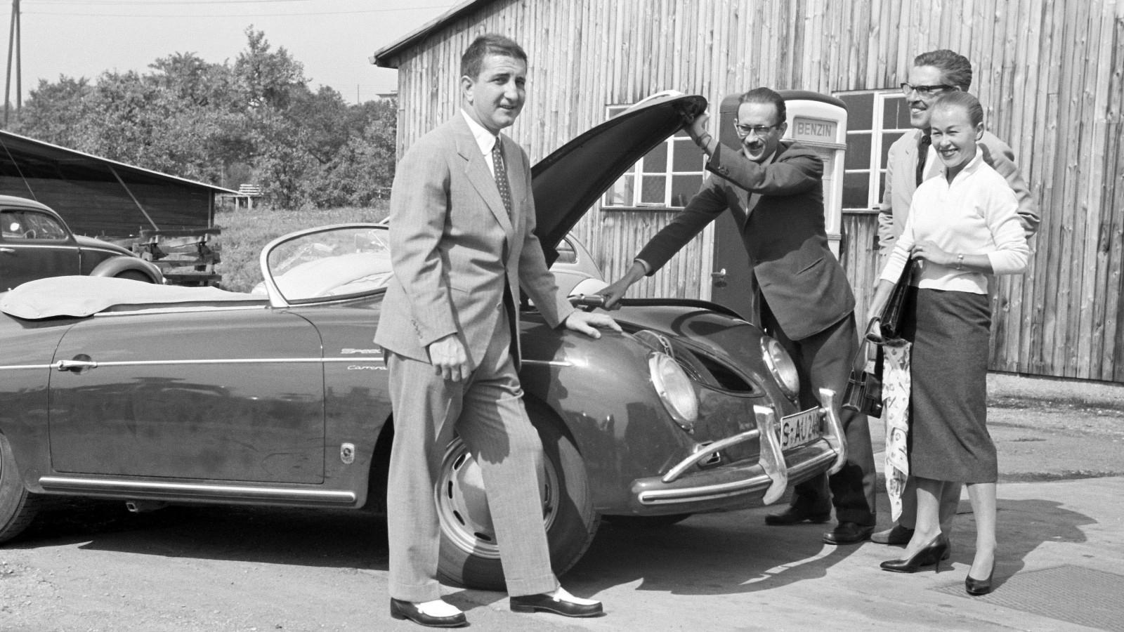 De legendariska tävlingsförarna Richard von Frankenberg (Andra från vänster) och Huschke von Hanstein (Tredje från vänster) hämtar en 356 A 1500 GS Carrera Speedster.