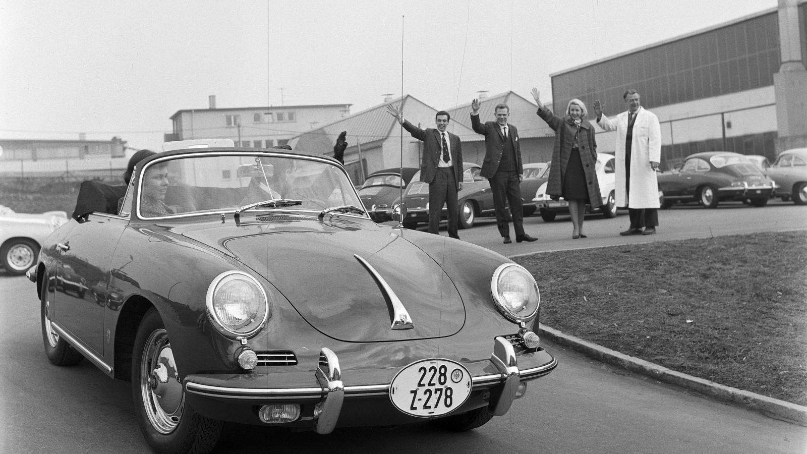 """En 356 B (T6) från 1962 utrustade med de karaktäristiska ovala exportplåtarna """"Zollkennzeichen"""" för vidare färd utomlands."""
