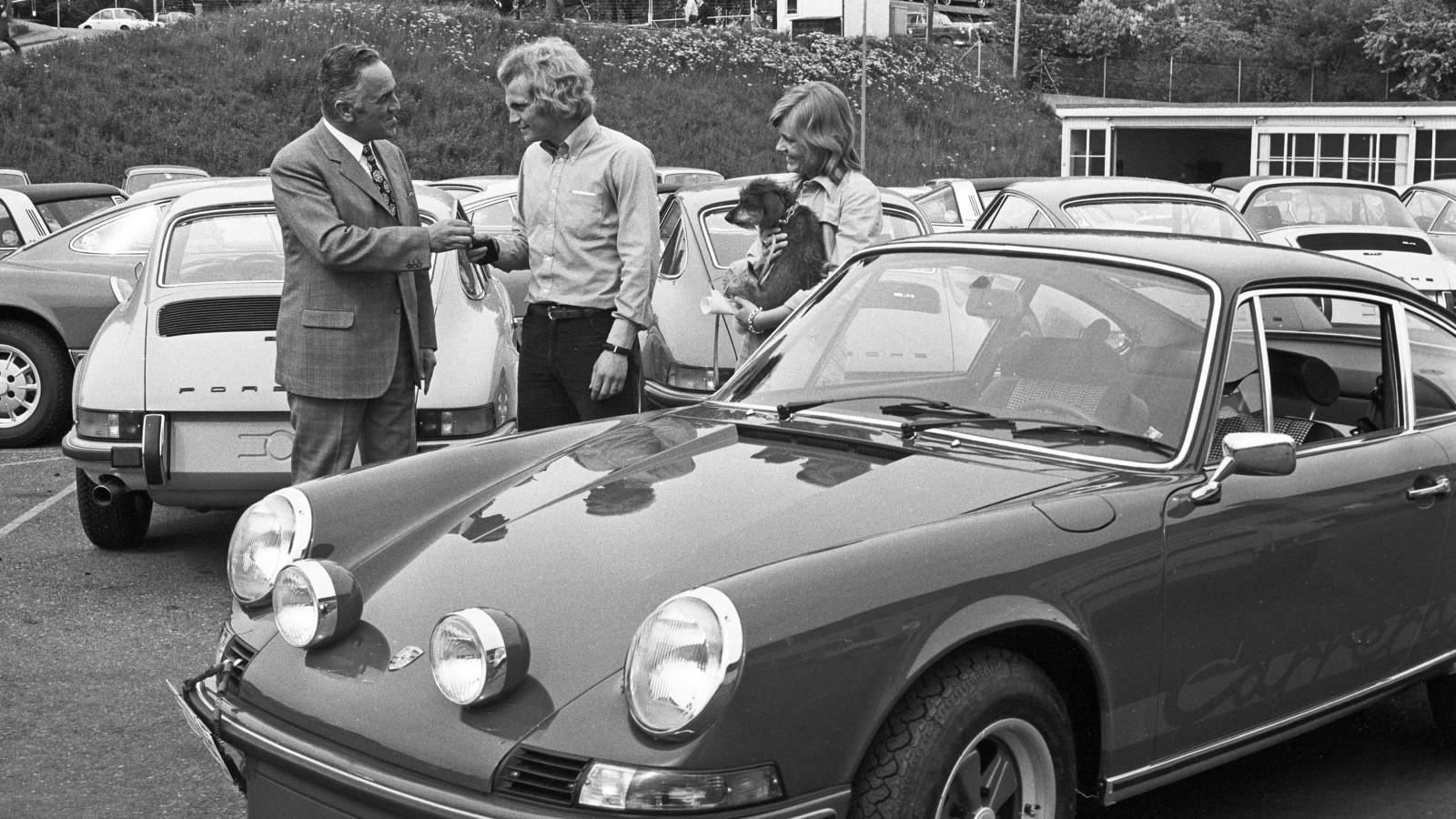"""Inte konstigt att Bayern München-spelaren Ulrich """"Uli"""" Hoeneß ser sammanbiten ut, att ratta en 911 Carrera RS 2.7 kräver stora förartalanger. Notera de ovanliga extraljusen på bagageluckan!"""