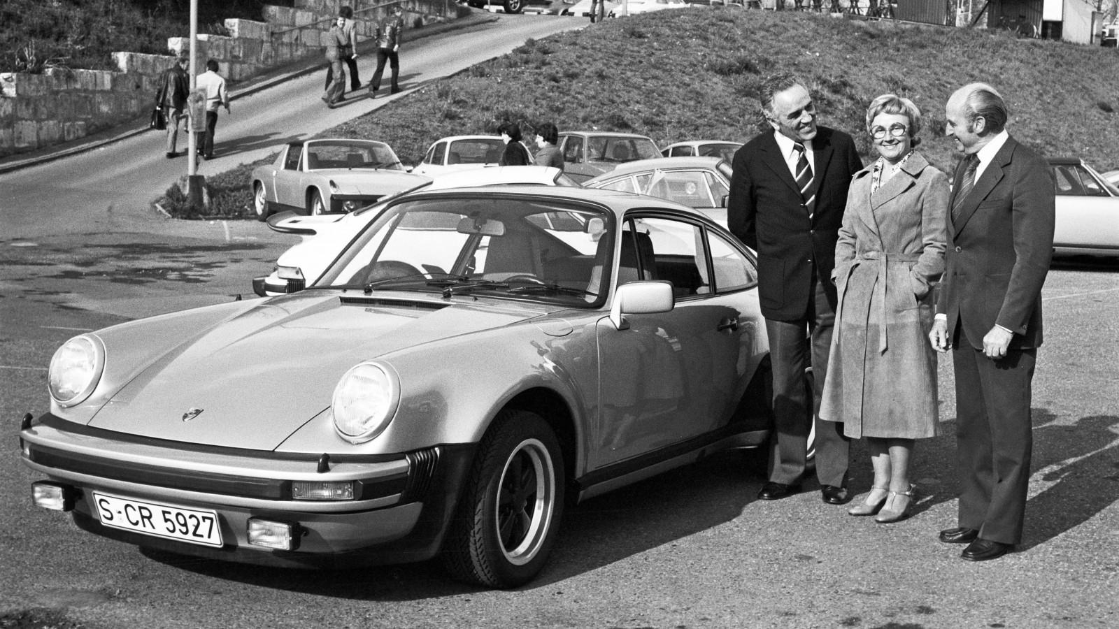 """En tidig 911 Turbo med 3-litersmaskin under huven och den nätta """"whale tail-spoilern"""" lämnas över av Harald Wagner till familjen Pietsch."""