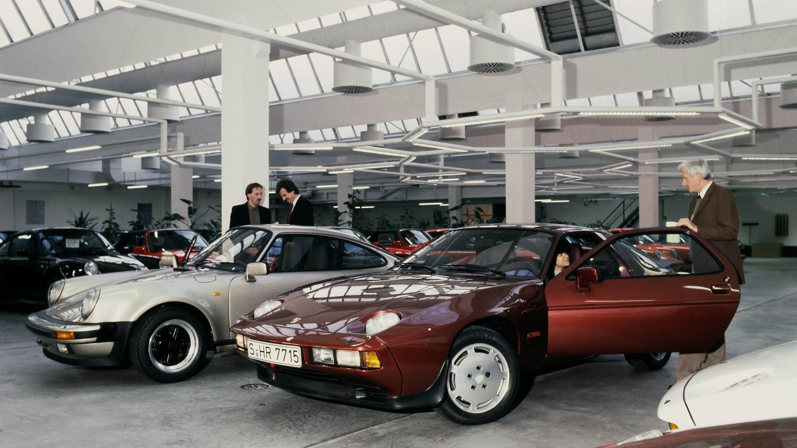 De bägge toppmodellerna under 1980-talet uppradade i leveranshallen – 911 Turbo 3.3 och 928 S.