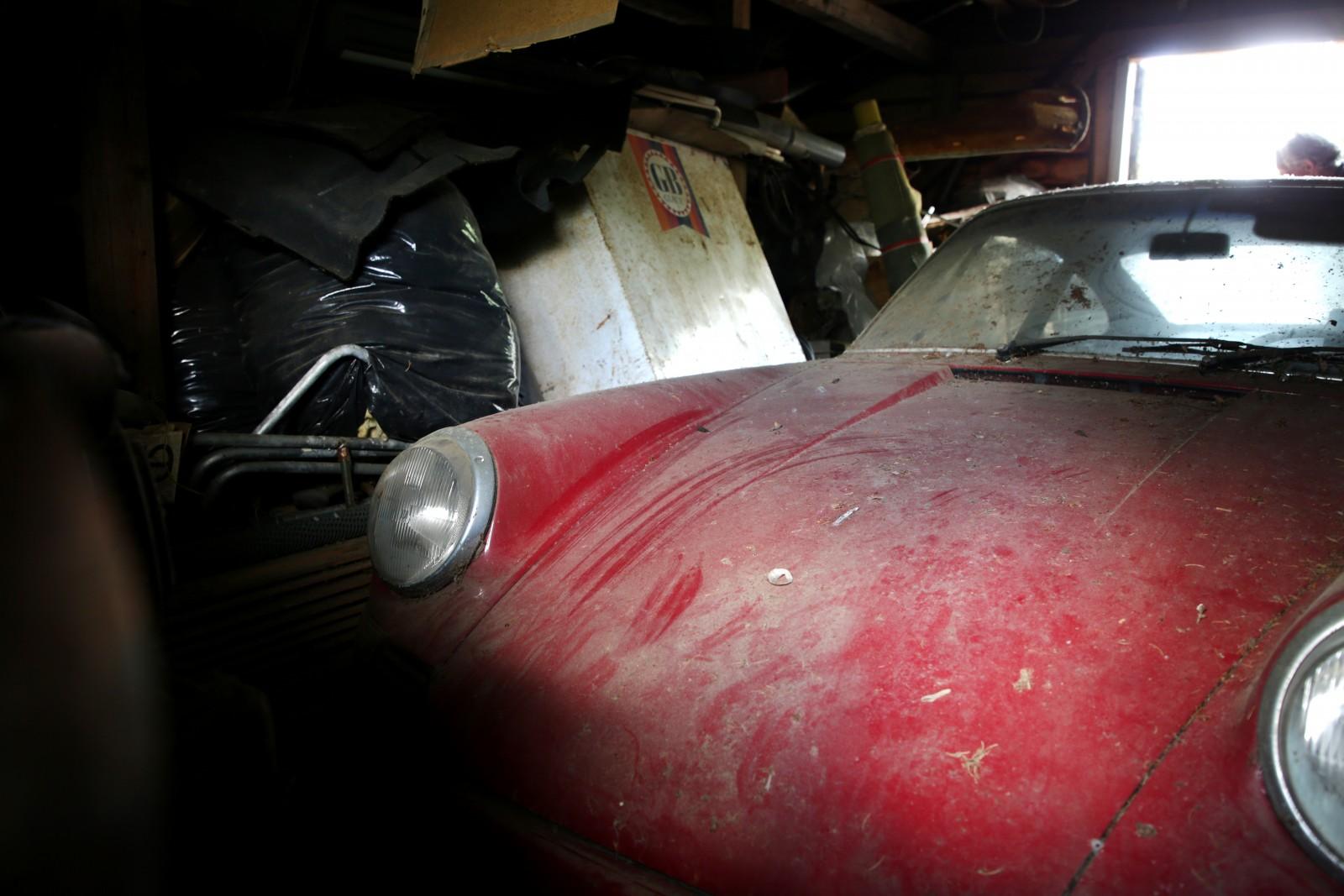 Det är trångt i garaget, en ordentligt inspektion får dröja tills vi fått ut bilen...
