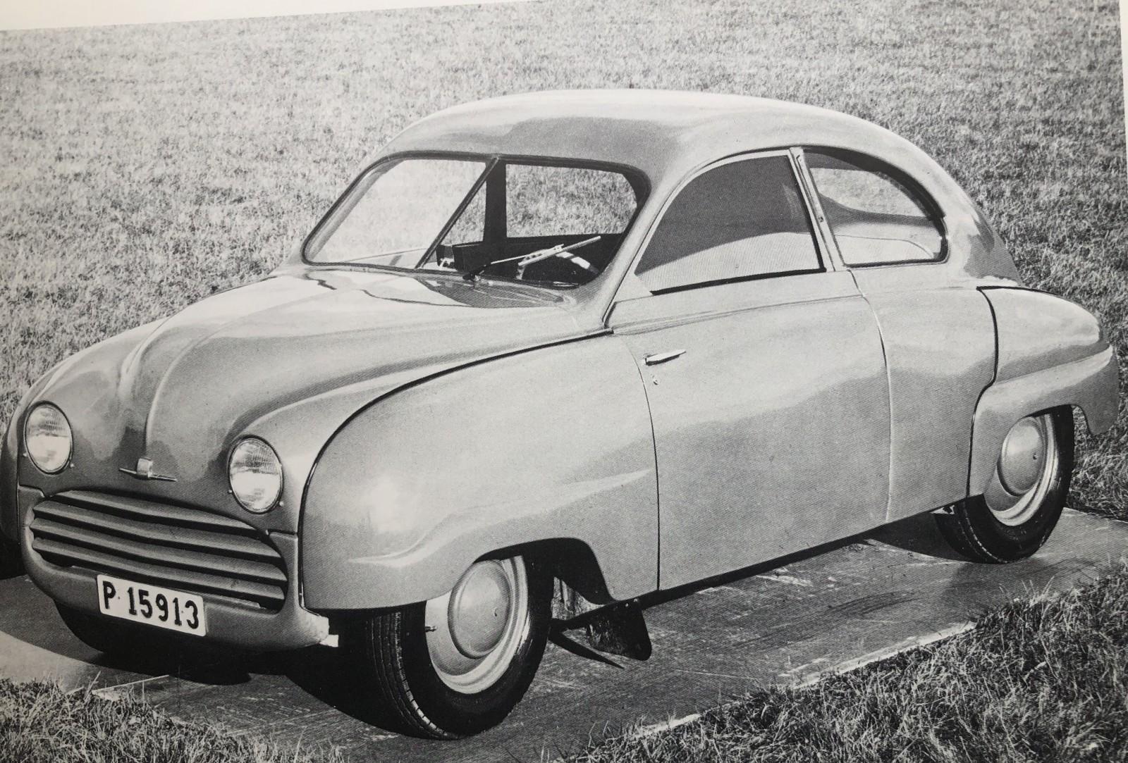 Saab genomförde studier på en ekonomimodell … och plötsligt fick 004 ikläda sig en mer nedtonad kostym. En 92 Standard skulle ha lackerade navkapslar och grill. Inga kofångare – och bara en torkare.