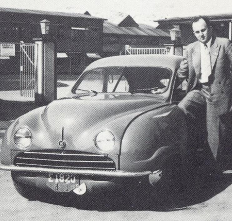 Ingenjör Olof Landbü kort tid innan han omkom i en tragisk drunkningsolycka. 92004 hade hel kofångare, mer av ett rör. Slät motorhuv och ett fräsigt emblem i fronten – som ersattes av flygplans-siluetten i produktion.