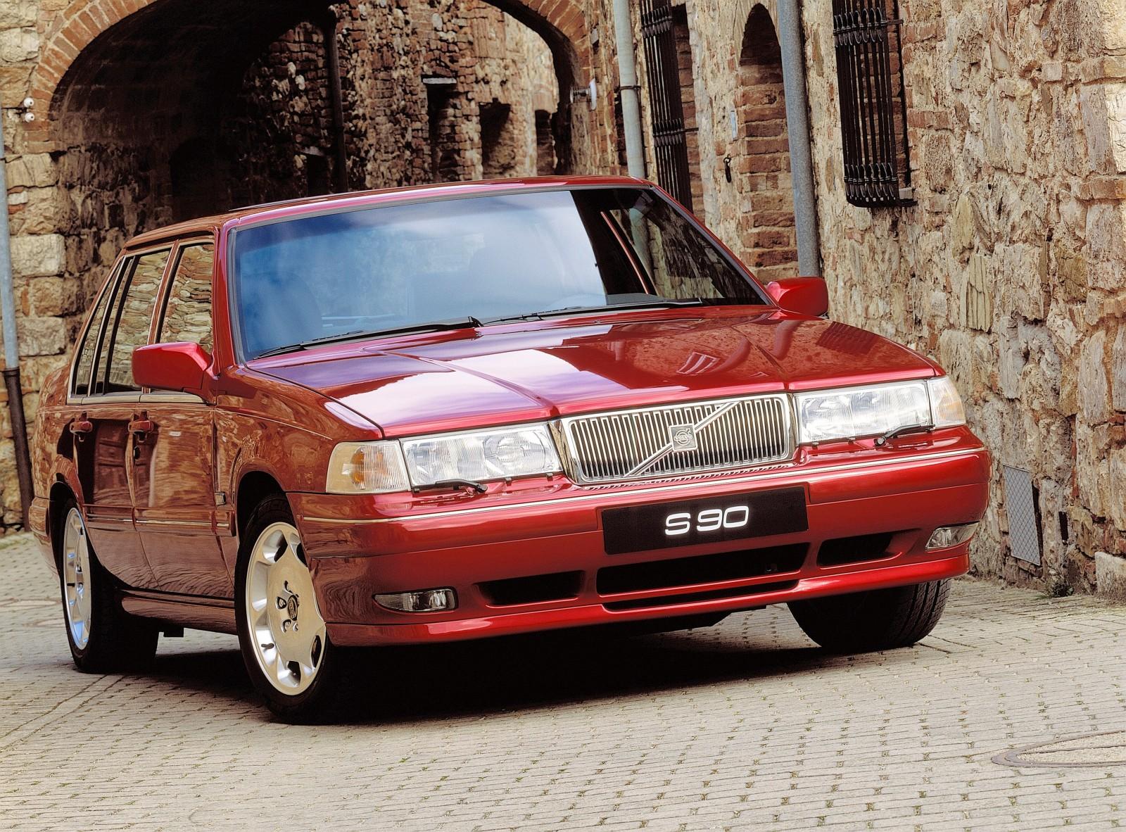 Den mer exklusiva 960-modellen genomgick en facelift till 1995 års modell och fick bland annat ett nytt utseende på fronten och en ny hjulupphängning bak.