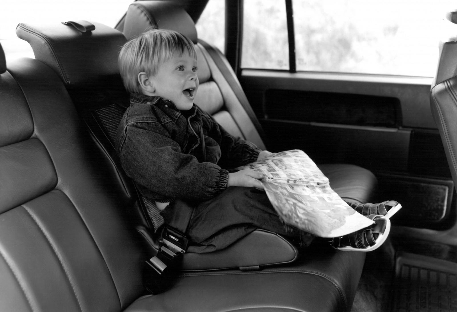 Volvo 940 och 960 hade trepunktsbälte även på mittplatsen bak,  som tillval fanns ett integrerat barnsäte.