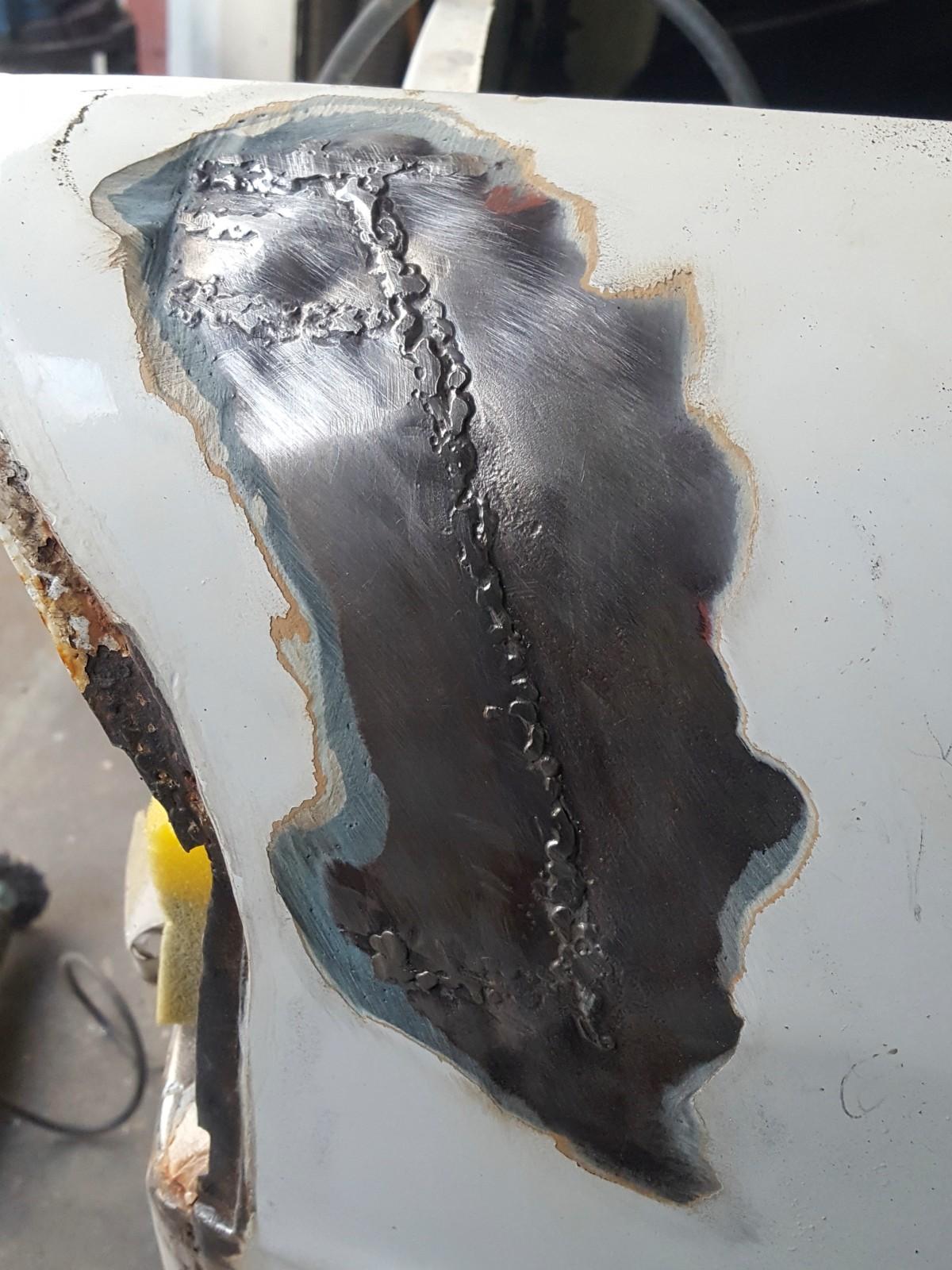 En liten spricka i lacken avslöjade en rejält ful lagning under 1-2 centimeter av glasfiberspackel..  Bilen har varit lite krockad både fram och bak.  Här blev inte annat att göra än slipa bort allt och bygga upp med tenn istället.