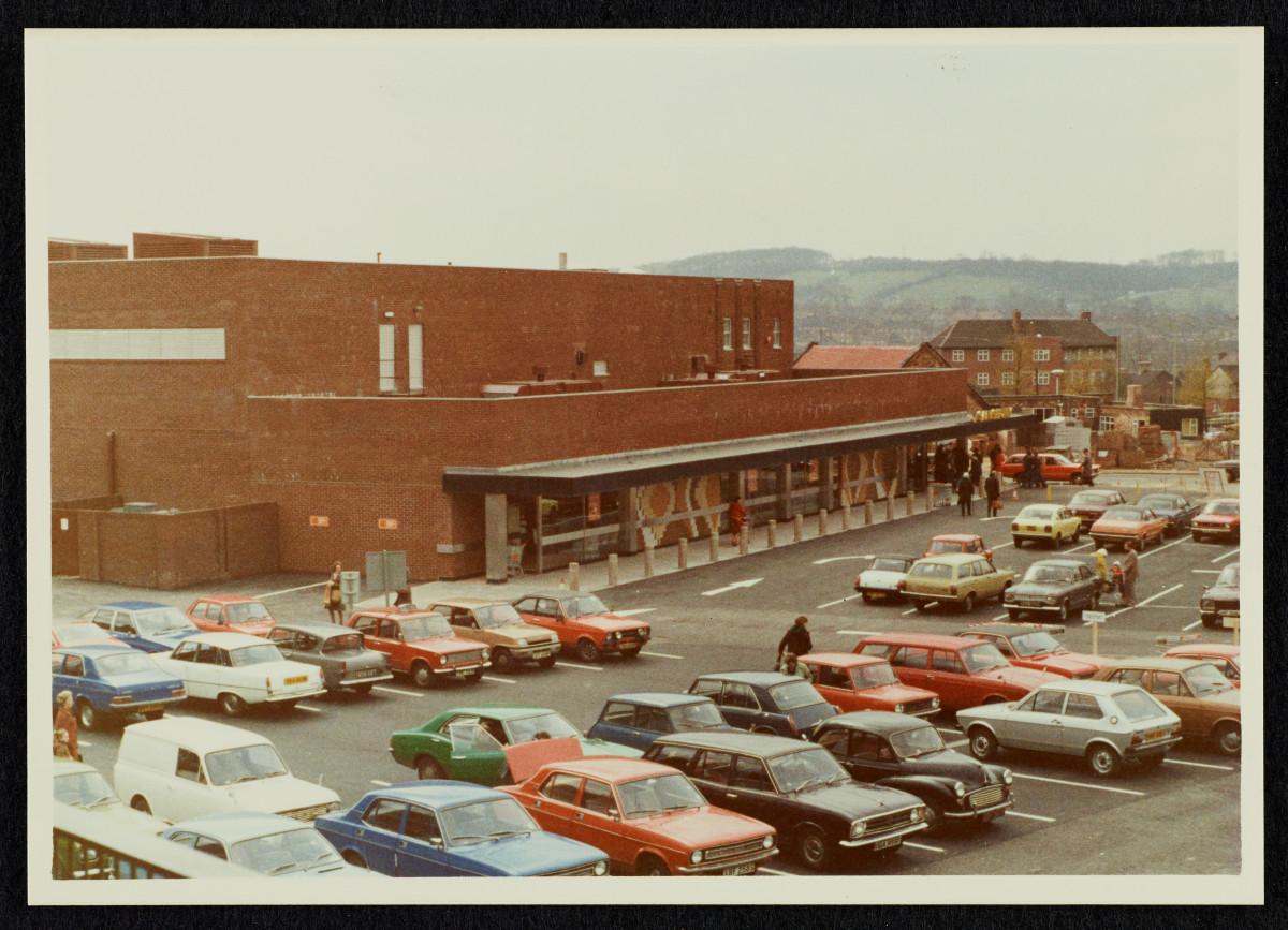 Mini, Sunbeam, Marina – och någon som vågade gå emot strömmen i en Datsun. Vardag 1976.
