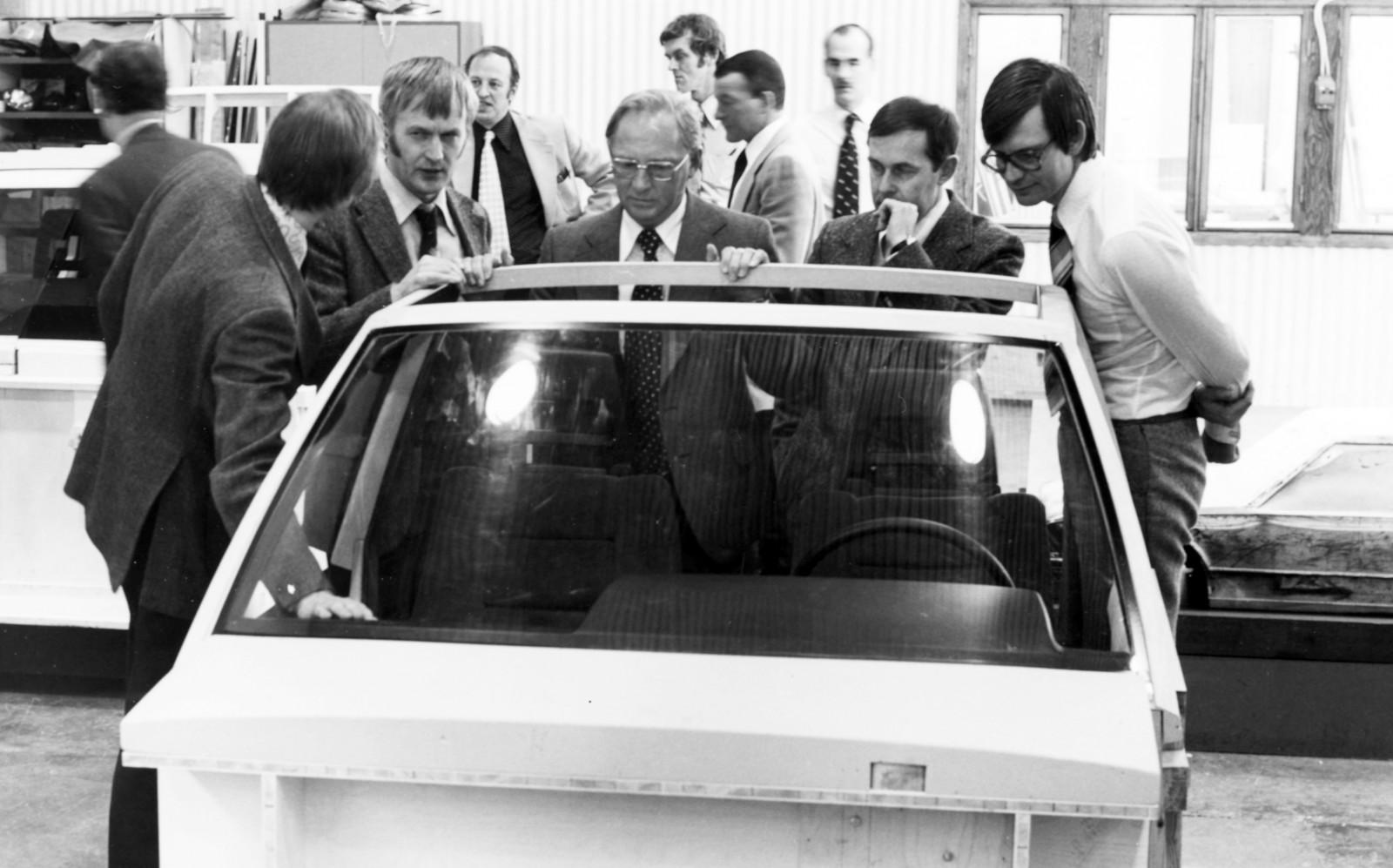 Håkan Frisinger står här i mitten vid en mock-up av inredningen till 700-serien. Bilden är sannolikt tagen i Volvos designavdelnings lokaler.