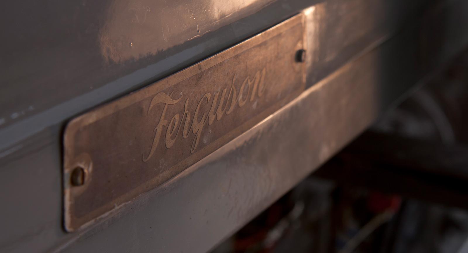 Grållen har en unik, förfinad enkelhet, en direkt spegling av konstruktörens läggning och kynne.  Tidiga traktorer har större andel aluminium och medskickade fasta nycklar räcker för de allra flesta handgrepp på traktorn. Den har i huvudsak en enda bultdimension.