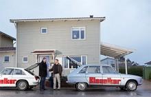 Carl Legelius lämnar över ansvaret för Klassikers Renault 16 till Henrik Hjelm.