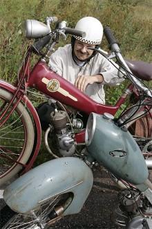 Kent Ivarsson, tongivande mopedist från Örebro. Väl inkörd på påhängaren Kuli, men för dagens åkande, och meckande en unik Kroon K50 1954.