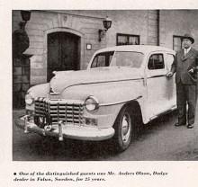 Vad mer kan man säga om Mr Anders Olsson än vad som står i bildtexten i original än att att bilden är tagen i samband med Gunnar Philipsons galamiddag i spegelsalen på Grand Hotel för landets Dodgehandlare. De inbjudna 170 gästerna orienterades om de nya modellerna och underhölls sedan av förstklassiga artister. Bilen är en Kingsway från 1946 och från Chryslers interntidning Overseas Graphics.