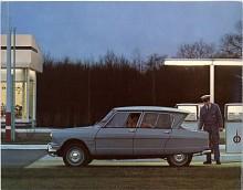 Att bakrutan vinklats bakåt gav bättre huvudhöjd bak och så höll sig rutan ren. Det var argumenten, men så extremt som Citroën önskat upplevdes det nog inte. Konventionella Ford var ju två år före.