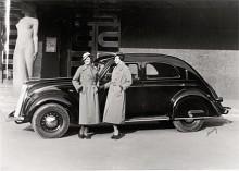 En bild med allt som var modernt 1935, nya Volvon, damernas hattar och den nybyggda Stadsteatern vid Götaplatsen.