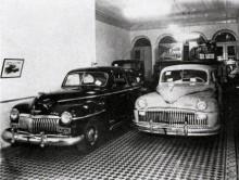 Två De Soto 1946 står i utställningen, till vänster en Diplomat och till höger den stora Custom som såldes i USA och på alla andra marknader.
