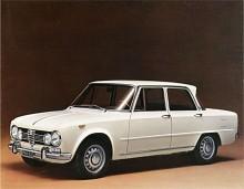 Ikonen i serien är utan tvekan Giulia Super (1965-1974) . Den var uppgraderad på många punkter inte minst interiört i jämförelse med Giulia T.I. Den egensinniga karossen hade lågt luftmotstånd - dess Cx-värde på 0,34 var det lägre än Bertonecoupéns som var 0,38. Giulia Super var en fantastiskt körglad bil som i 1600-version gillades av både fortkörare och poliser.