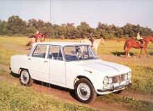 Giulia T.I. var en helt ny bil och den första i den långlivade 105-serien där man också återfinner 1750, 2000 och Spider. Giulia T.I. hade femväxlad låda fast med rattspak och instrumentpanelen var gyttrig på ett amerikanskt sätt. Linjespelet tog det ett tag att vänja sig vid.