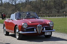 En Giulia 1600 Spider Veloce rullar in på 2009 års italienska bilmöte vid Skokloster. Största yttre skillnaden mot föregångaren Giulietta är scoopet på huven. Modellen byggdes till 1965 och ersattes 1966 av den nya Spidern som inte fick heta Giulia.