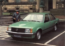 Med dieselmotor blev Rekord inte så populär i hemlandet -dieseltyskar åkte helst Mercedes. Att denna polisgröna Rekord som P-vakten just skall lappa är en diesel syns på bulan på huven.
