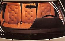 Som en Fiat Multipla fast snygg, sportig och utan baksäte. Och knappstoppning används alldeles för lite i bilinredningar nuförtiden.