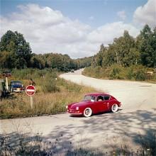 En Alpine A106 tar en kurva 1956.