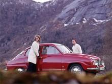 Saab sportiga ambitioner radas enklast upp i tidsordning enligt följande: 94 Sonett, 93GT, 96GT, Sport, Monte Carlo 850, Monte Carlo V4 och där gör vi halt.  För enkelt är det egentligen inte, ty i USA fanns aldrig någon Saab Sport. Där hette modellen Grandturismo 850 för att 1964 bli Monte Carlo 850 för att markera märkets triumf med en totalseger i det klassiska rallyt 1962 och 1963. Monte Carlo beteckningen på vår marknad dök upp 1966, den andra årsmodellen av långnosen. Så länge tvåtakt hörde till konceptet var MC detsamma som att maskinen var trimmad, men när V4:an kom 1967 innebar Monte Carlo beteckningen bara en högre utrustningsgrad. Motorn var densamma.  1968 var sista årsmodellen och då hade karossen fått den lite högre vindrutan.