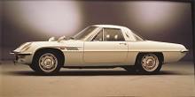 Någon egen stil hade Mazda ännu inte utvecklat och därför lånades lite här och lite där när Cosmo 110S ritades. I taklinjen och sidopressningen kan man spåra influenser av första upplagan av Thunderbird medan det utdragna bakpartiet är tidigt sextiotalsdetroit. Modellen togs fram för att skapa publicitet om wankelmotorn och därför byggdes bara 1519 exemplar under fem år.