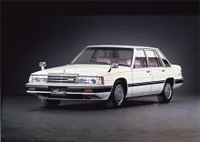 Den tredje generationens Mazda Cosmo fanns som både coupé och sedan och tillverkades 1981-1989. Den såldes enbart i Japan och var en variant med wankelmotor av den samtida 929, som för övrigt kallades Luce på hemmamarknaden. På bilden en sedan i tydlig USA-stil men varken den eller 929 med kolvmotor såldes i USA.