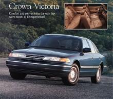 Detta är en Crown Victoria 1996 med de mera rundade former som kom 1992. Motorn var nu en modernare V8 med överliggande kamaxlar och bränsleinsprutning.