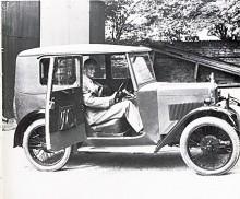 Lord Nuffield, eller William Morris som han då ännu var, provsitter 1928 den första Morris Minorn. Den täckta karossen var byggd enligt Weymanprincipen - det vill säga den var klädd med impregnerad duk. Det fanns också en öppen bil med fyra sittplatser som det såldes fler av.