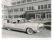 Sista generationens Kaiser bjöd på vågad design med speciella linjer runt taket och rejält krominfattade strålkastare. Bakljusen föreföll vara designade för att helikoptertrafiken också skulle kunna se bilen i mörker.