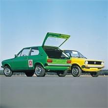 Två Polo av den första generationen i poppiga 1970-talsfärger.