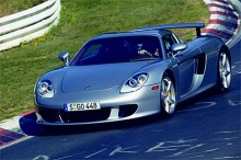 2004 kom Carrera GT. En superbil med en 5,7 liter stor mittplacerad V10 på 612 hk.