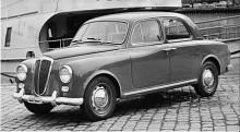 Appia serie 2 har behållit den traditionella fronten men karossen har gjorts kantigare. Vänsterratt var nu normen i Italien men också i Sverige trots att vi 1956 ännu hade vänstertrafik.