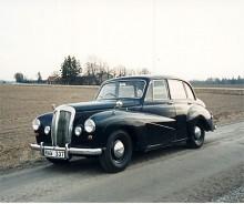 För att vara en Daimler var Conquest en ganska liten bil. Den kostade £1066 ( get it?) när den först visades på våren 1953. En prestandaversion kom året därpå och eftersom den hade 100 hk fick den tillnamnet Century. Den toppade däremot inte 100mph. En mycket angenäm bil i bästa engelska klass.