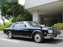 Lexus är för export! I Japan är den verkliga lyxbilen Toyota Century. Bilen på bilden är från 1997, har en 4-liters V8 och är mer eller mindre handbyggd. Det är inte ens byggd i en Toyotafabrik utan på Toyotas uppdrag av en specialistfirma. Årets modell är snarlik men har V12-motor och luftfjädring. Kejsarens bil!